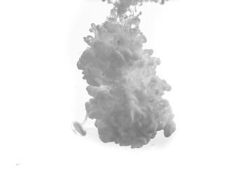 Goccia di vernice grigia che cade in acqua
