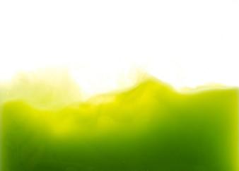 Goccia di vernice verde che cade su acqua