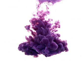 Goccia di vernice viola che cade sull'acqua