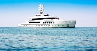 Grande barca in mare