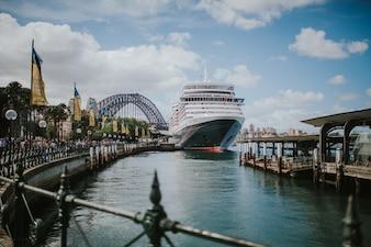 Grande nave ancorata nel porto di Sydney