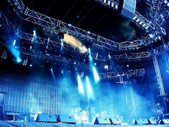 Grande scena di concerto con luce blu