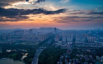 Grande skyline della città con grattacieli urbani a sfondo tramonto.