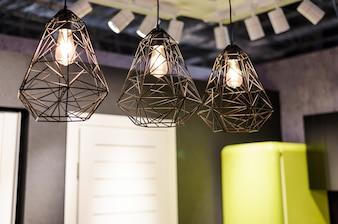 Grandi lampadine incandescenti con lampadario in metallo