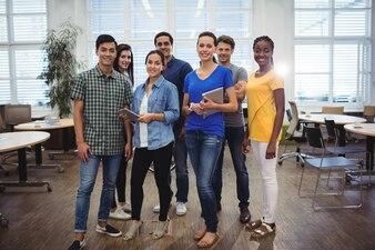 Gruppo di uomini d'affari che sorride alla macchina fotografica