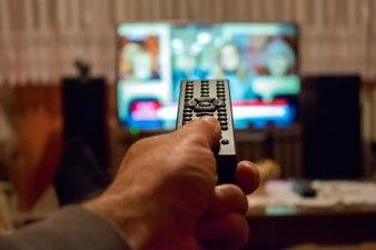Guardare la TV e utilizzare il telecomando