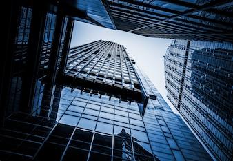 Guardi al cielo con i grattacieli