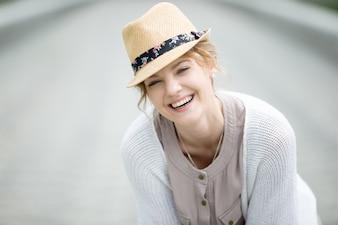 Headshot ritratto di giovane donna felice ridere all'aperto