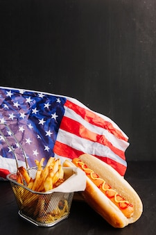 Hot dog, chip e bandiera americana