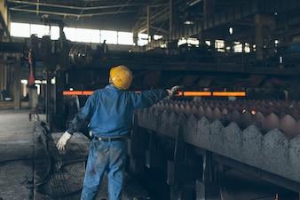 I lavoratori delle opere d'acciaio ordina i materiali di carico e scarico