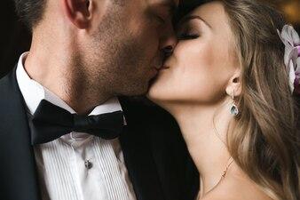 Il bello sposo e la sposa baciano