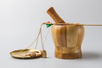 Il personale medico pesa la medicina cinese di erbe