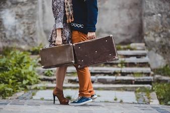 Il ragazzo e la ragazza che custodiscono valigie