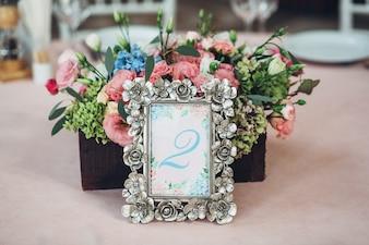 Il telaio in acciaio con il numero 2 si trova prima della scatola di legno con fiori