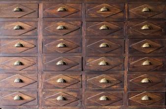 Il vecchio cassetto in legno con manico in metallo
