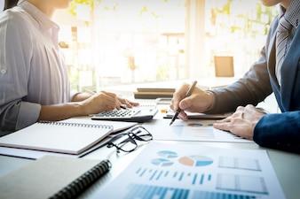 Imprenditore finanziario e segretario che fa rapporto, calcolo o controllo equilibrio. Documento di controllo dell'ispettore interno del servizio di Revenue. Concetto di audit