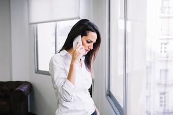 Imprenditrice sul telefono