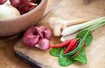 Ingrediente alimentare caldo e piccante con cipolle in ciotola di legno