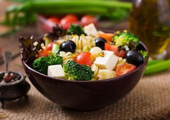 Insalata di pasta con pomodoro, broccolo, olive nere e feta di formaggio