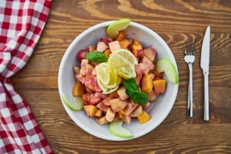 Insalata salata con frutta