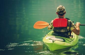 Kayaker sull'acqua calma