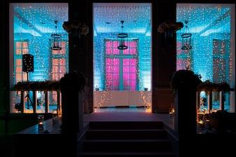 L'ingresso alla casa e il portico brillano nell'oscurità