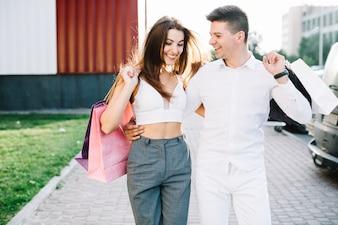 L'uomo che abbraccia la sua ragazza camminare lungo la strada