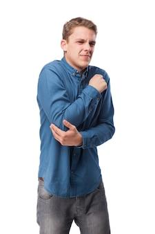 L'uomo con il volto di dolore che tocca il gomito