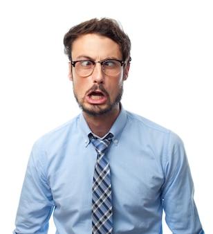 L'uomo con la camicia con il volto raro e occhiali per vedere