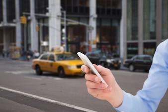 L'uomo con un telefono cellulare in strada