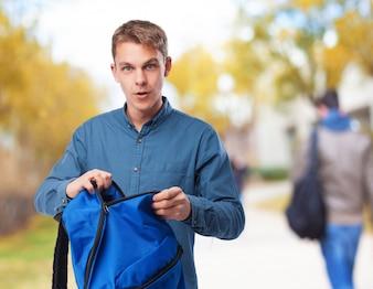 L'uomo con uno zaino blu