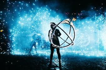 L'uomo danza con palla di fuoco