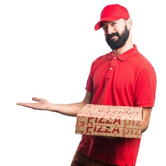 L'uomo di consegna pizza presenta qualcosa