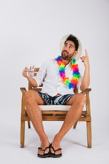 L'uomo in estate indossa con un bicchiere d'acqua che punta verso il cielo
