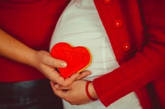 L'uomo in possesso di un cuore sulla pancia della moglie