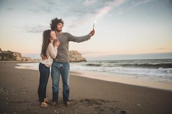 L'uomo in possesso di un razzo che brucia mentre i suoi sorrisi sposa