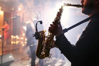 L'uomo suona su un sassofono
