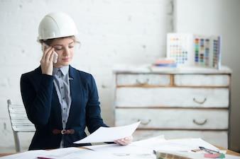 La donna parlare su un cellulare con un casco