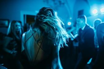 La donna scuote i capelli mentre danza