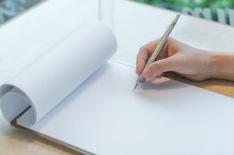 La scrittura a mano in un notebook