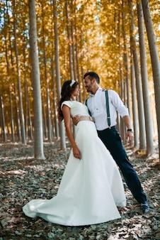 La sposa e lo sposo nel campo