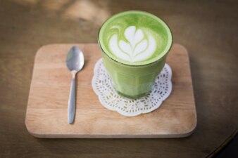 Latte di tè verde su sfondo di legno