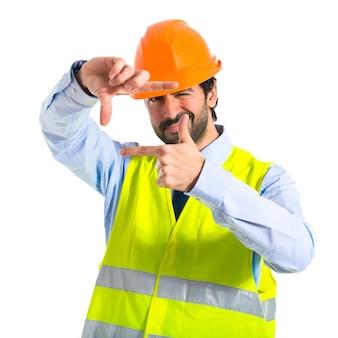 Lavoratore, messa a fuoco, con le dita