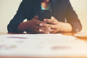 Lavoratore scrittura in un telefono