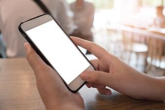 Le donne di contabilità aziendale lavorano con smart phone. Concetto di tecnologia finanziaria
