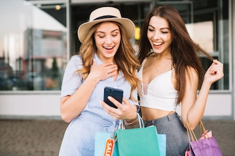 Le donne felici che guardano attraverso le foto
