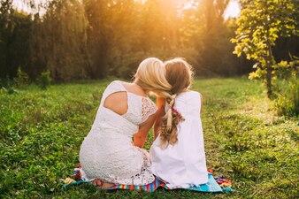 Le madri e le figlie dei capelli intrecciate come una tinta unita