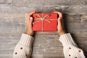 Le mani della ragazza piccola scatola di regalo della holding