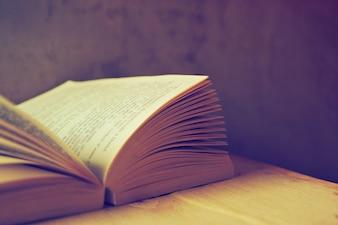 Libro aperto con filtro vecchio