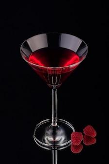 Liquore al gusto di frutta con sfondo nero